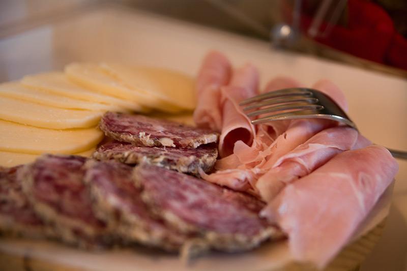 Tagliere di formaggi e salumi nostrani