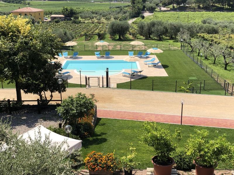 Panoramica del giardino con piscina